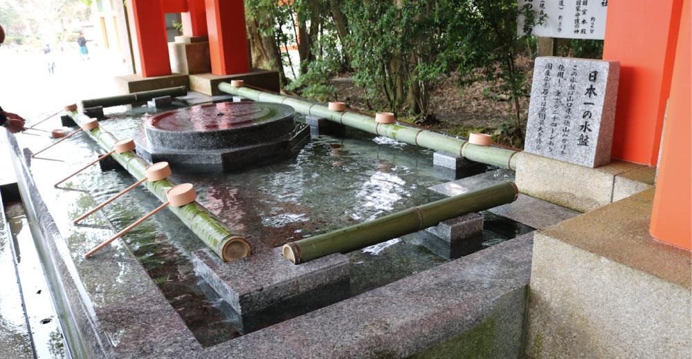 宇佐神宮の花崗岩の水盤